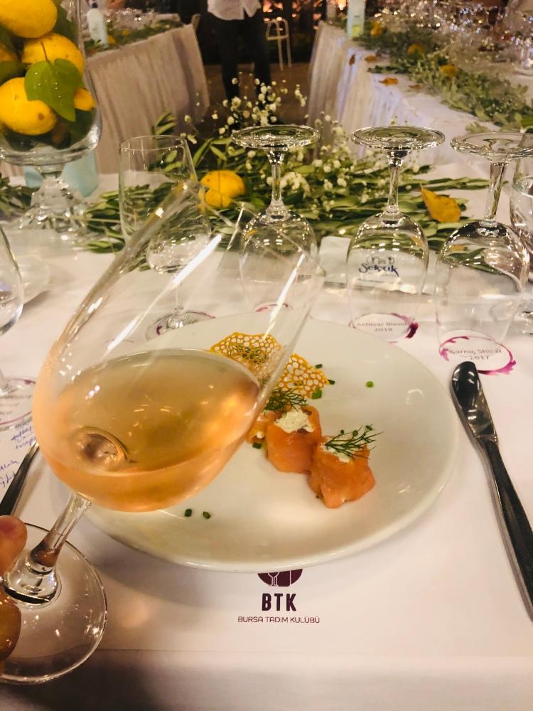 Somon füme gülpembe rose şarap wine